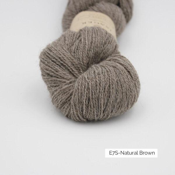 Gros plan sur un écheveau d'Alpaca 2 d'Isager coloris Natural Brown (brun froid moyen chiné)