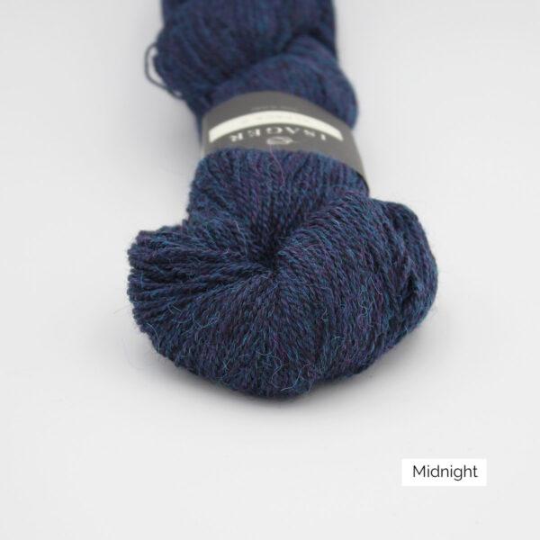 Gros plan sur un écheveau d'Alpaca2 d'Isager coloris Midnight (bleu nuit)