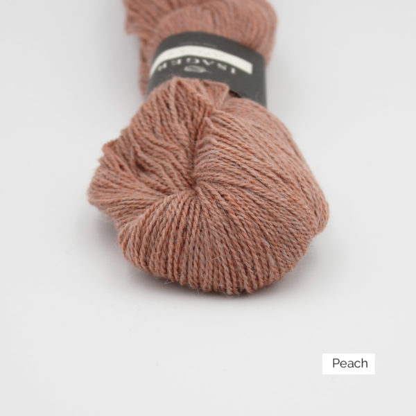 Gros plan sur un écheveau d'Alpaca2 d'Isager coloris Peach (pêche grisé)