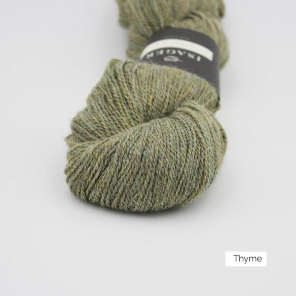 Gros plan sur un écheveau d'Alpaca2 d'Isager coloris Thyme (vert kaki grisé)