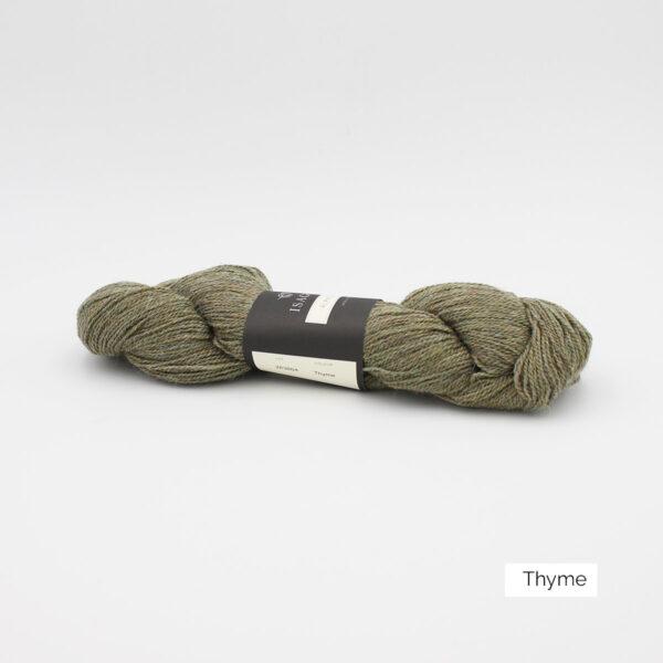 Un écheveau d'Alpaca2 d'Isager coloris Thyme (vert kaki grisé)