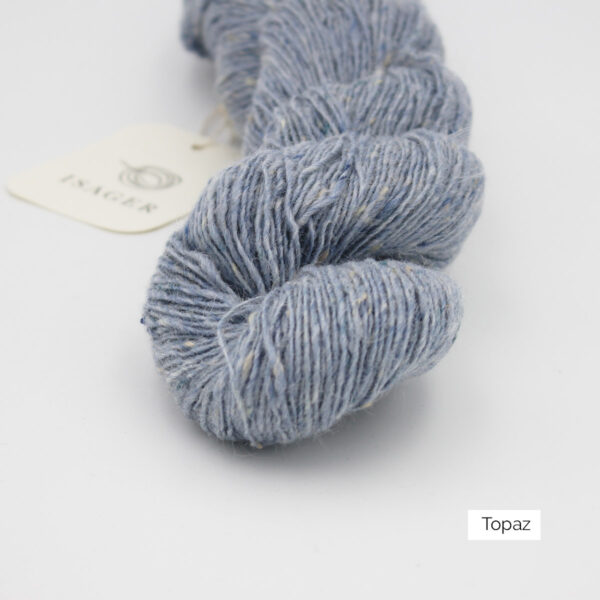 Zoom on a skein of Isager's Tweed in the Topaz colorway