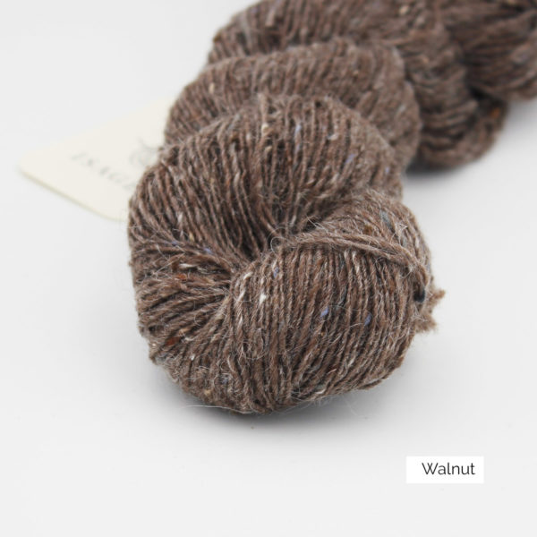 Zoom on a skein of Isager's Tweed in the Walnut colorway