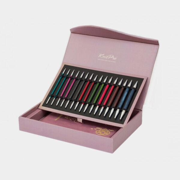 Présentation de la boîte de rangement du kit Knit Pro Royale, avec pointes à corps en bois coloré et embouts métal dans leur rangement