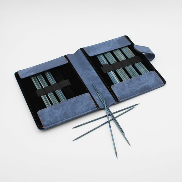 Présentation du kit d'aiguilles double-pointes Lykke en bois coloris Indigo dans sa pochette