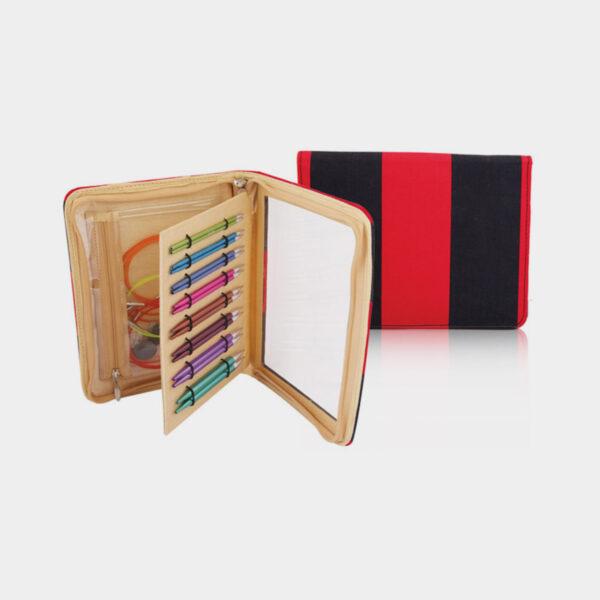 Présentation du kit Deluxe Zing de Knit Pro avec les pointes et accessoires colorés rangés dans la pochette de la marque