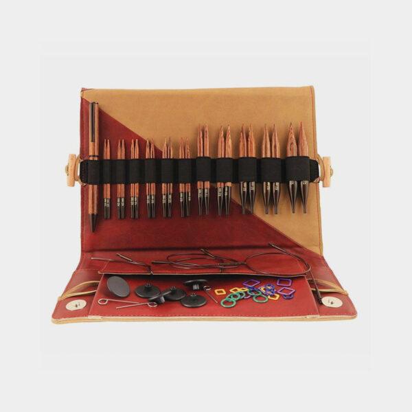 Présentation du kit Ginger de Knit Pro, avec pointes, stylo en bois et accessoires assortis, rangés dans une pochette en simili marbré rouge et camel