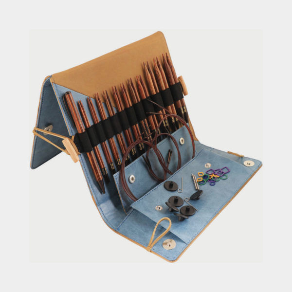 Présentation du kit Ginger de Knit Pro, avec pointes, stylo en bois et accessoires assortis, rangés dans une pochette en simili marbré bleu et camel avec système de chevalet