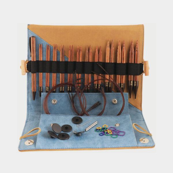 Présentation du kit Ginger de Knit Pro, avec pointes, stylo en bois et accessoires assortis, rangés dans une pochette en simili marbré bleu et camel