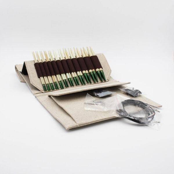 Présentation du kit d'aiguilles circulaires interchangeables en bambou Grove de Lykke, dans sa pochette avec ses accessoires