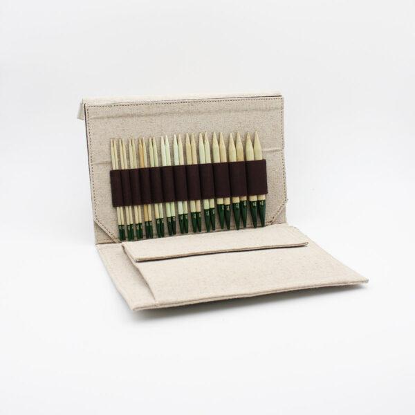 Présentation du kit d'aiguilles circulaires interchangeables en bambou Grove de Lykke dans sa pochette
