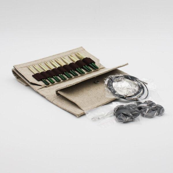 Présentation du kit d'aiguilles circulaires interchangeables en bambou Grove de Lykke dans sa pochette avec ses accessoires