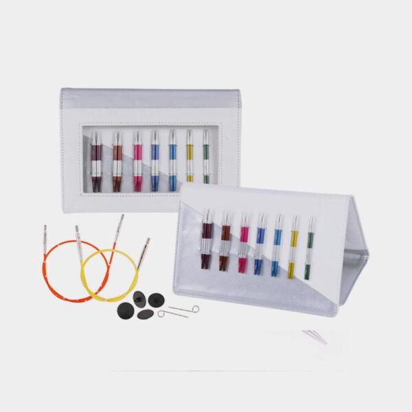 Présentation de deux pochettes de kit Smart Stix de Knit Pro, avec pointes en acier colorées rangée dans un étui de simili cuir blanc et leurs accessoires