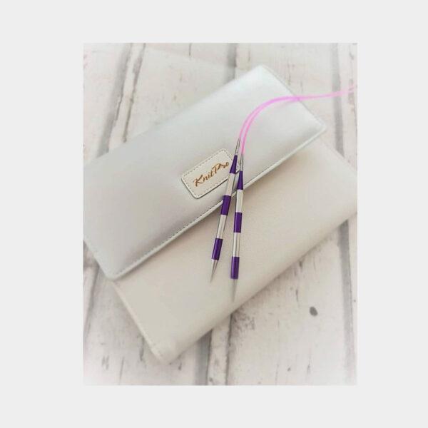 Présentation de la pochette en simili blanc du kit Smart Stix Deluxe de Knit Pro avec une paire d'aiguilles posée dessus