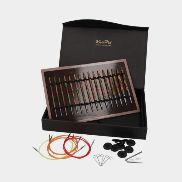 Présentation des pointes Symphonie du kit Deluxe de Knit Pro, sur leur cartonnette de rangement, dans le coffret assorti, et de ses accessoires