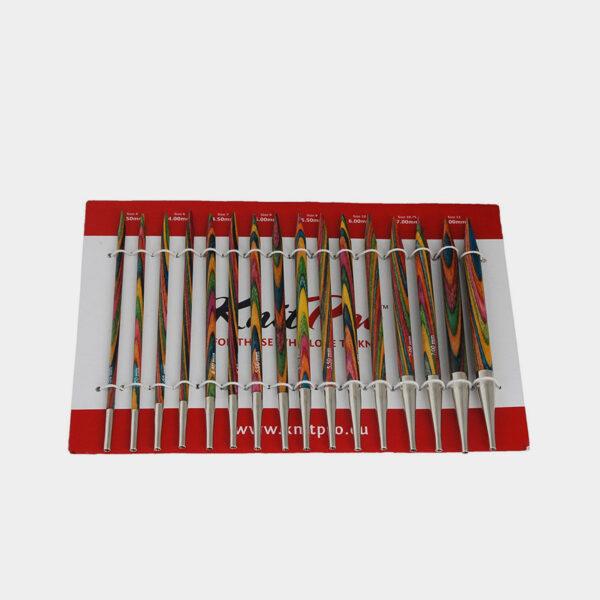Présentation des pointes en bois coloré du kit Symfonie Deluxe de Knit Pro sur leur cartonnette d'emballage