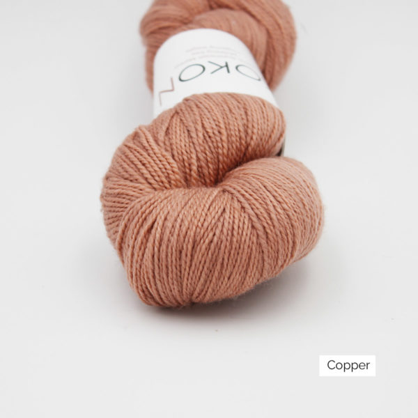 Zoom on a skein of Kokon's Merino Fingering in the Copper colorway