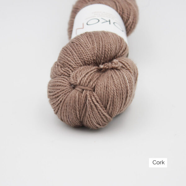 Zoom on a skein of Kokon's Merino Fingering in the Cork colorway
