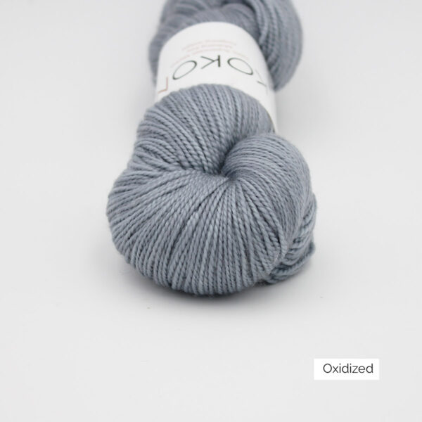 Zoom on a skein of Kokon's Merino Fingering in the Oxidized colorway