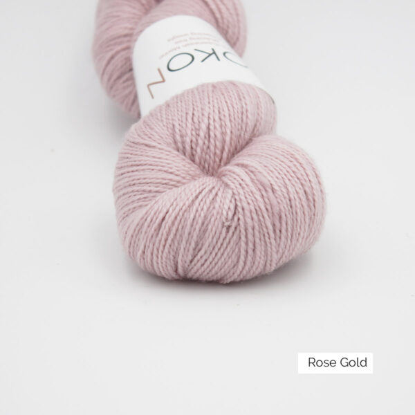 Zoom on a skein of Kokon's Merino Fingering in the Rose Gold colorway
