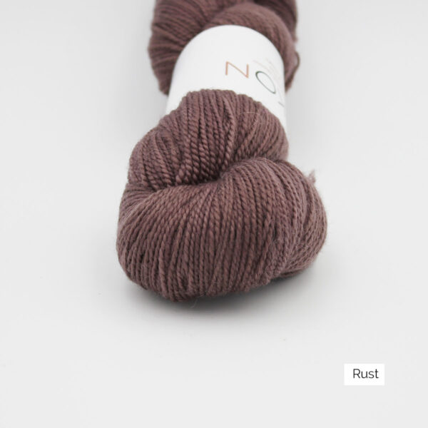 Zoom on a skein of Kokon's Merino Fingering in the Rust colorway