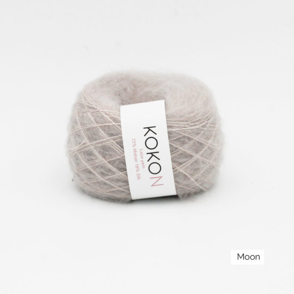 Une pelote de Silk Mohair de Kokon coloris Moon (gris très clair)