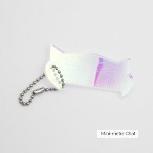 Présentation d'un mini-mètre en acrylique translucide en forme de tête de chat faisant partie de la Cat Collection de Katrinkles