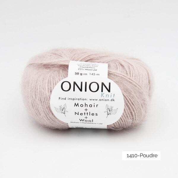 Une pelote de Mohair + Nettles + Wool d'Onion dans le coloris Poudre