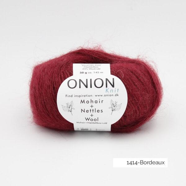 Une pelote de Mohair + Nettles + Wool d'Onion dans le coloris Bordeaux