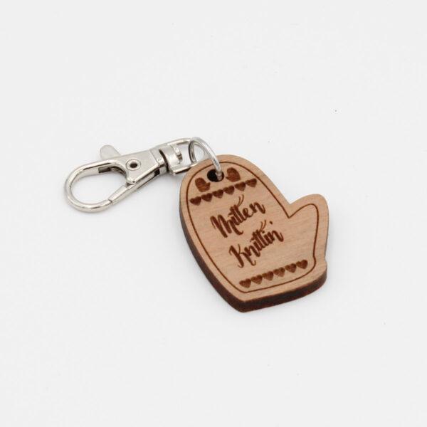"""Présentation d'un porte-clé en bois en forme de mitaine gravé """"Mitten Knittin'"""" Katrinkles"""