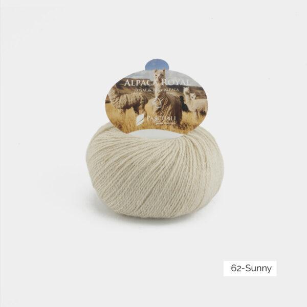 Une pelote d'Alpaca Royal de Pascuali coloris Sunny (crème)