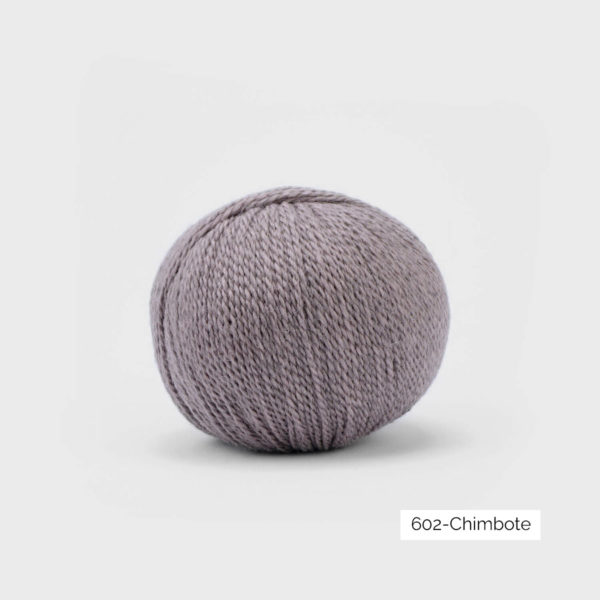 Une pelote de Balayage de Pascuali dans le coloris Chimbote (mauve clair grisé)