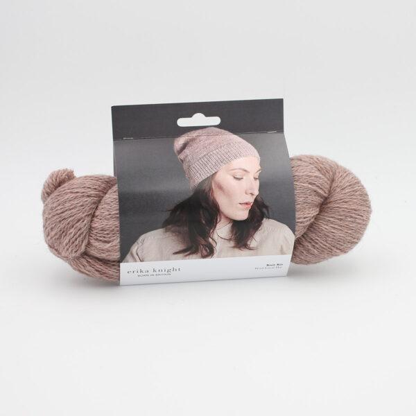 Présentation du kit de bonnet d'Erika Knight, composé d'un écheveau de Wool Local et d'un patron, packagé dans une cartonnette illustrée