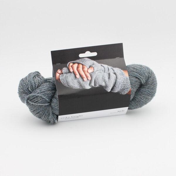 Présentation du kit de mitaines d'Erika Knight, composé d'un écheveau de Wool Local et d'un patron, packagé dans une cartonnette illustrée