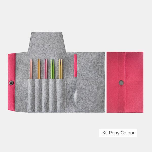 Présentation du kit d'aiguilles circulaires interchangeables Pony Colour, avec pointes en aluminium, dans une pochette en feutrine rose et grise