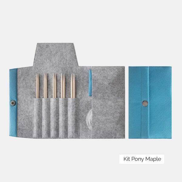 Présentation du kit d'aiguilles circulaires interchangeables Pony Maple, avec pointes en érable naturel, dans une pochette en feutrine bleu ciel et grise