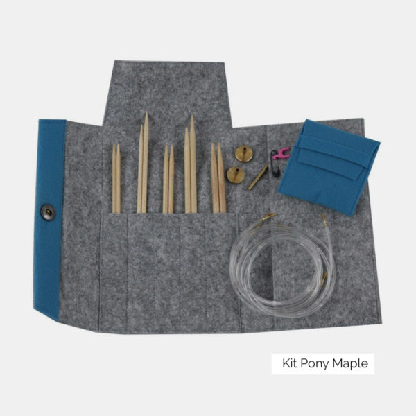 Présentation du kit d'aiguilles circulaires interchangeables Pony Maple, avec pointes en érable naturel, dans une pochette avec ses accessoires