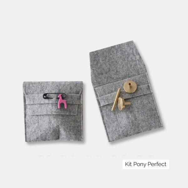 Présentation de deux mini-pochettes permettant de ranger les accessoires du kit Pony Perfect