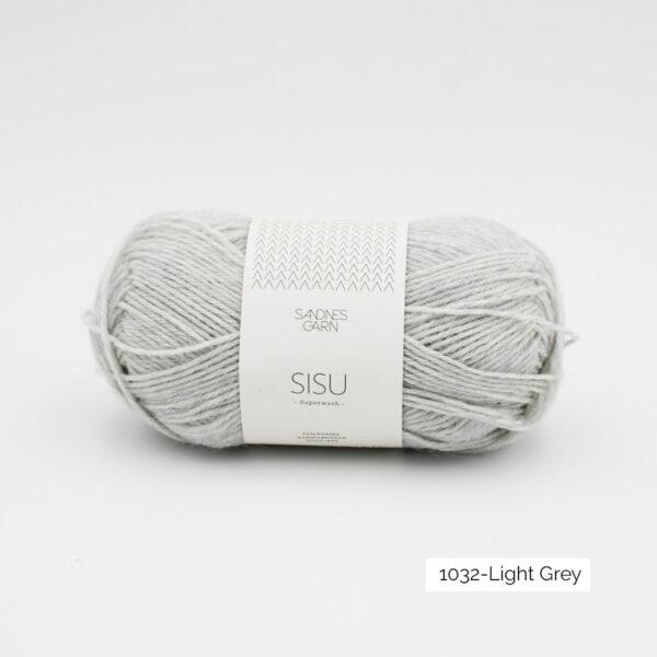 Une pelote de Sisu de Sandnes Garn, laine à chaussettes, dans le coloris Light Grey (gris clair)