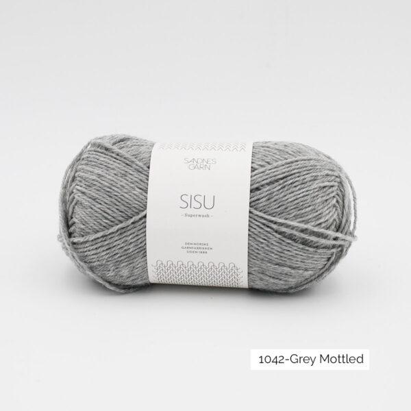 Une pelote de Sisu de Sandnes Garn, laine à chaussettes, dans le coloris Grey Heather (gris moyen chiné)