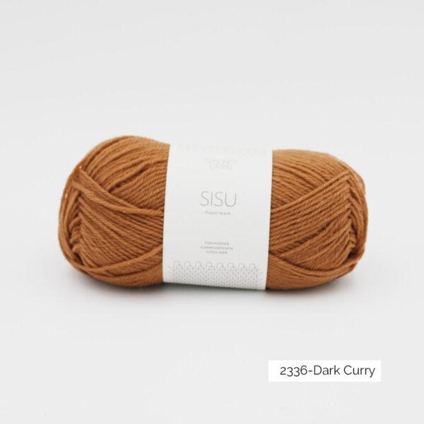 Une pelote de Sisu de Sandnes Garn, laine à chaussettes, dans le coloris Dark Curry (brun clair tirant sur l'orangé)