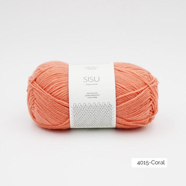 Une pelote de Sisu de Sandnes Garn, laine à chaussettes, dans le coloris Coral (corail)