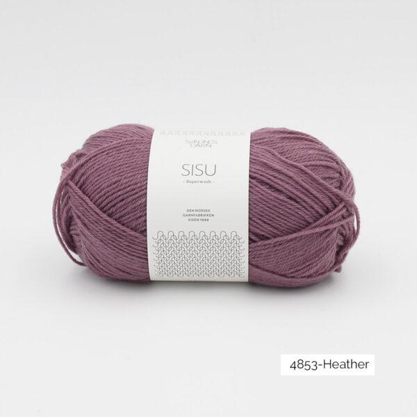 Une pelote de Sisu de Sandnes Garn, laine à chaussettes, dans le coloris Heather (violet grisé)
