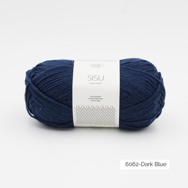 Une pelote de Sisu de Sandnes Garn, laine à chaussettes, dans le coloris Dark Blue (bleu nuit)