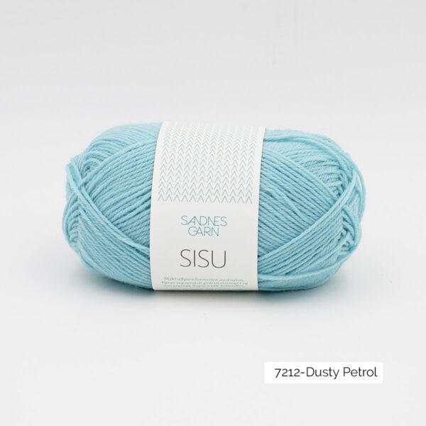 Une pelote de Sisu de Sandnes Garn, laine à chaussettes, dans le coloris Dusty Petrol (bleu clair)