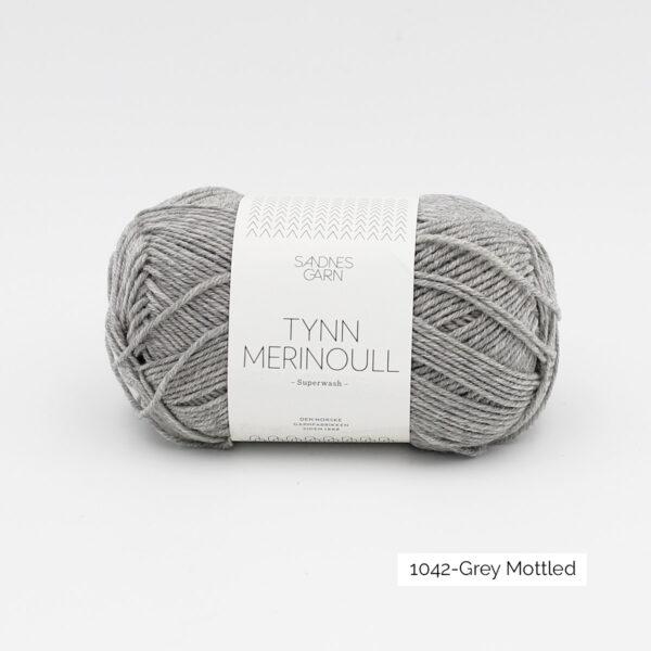 Une pelote de Tynn Merinoull de Sandnes Garn coloris Grey Mottled (gris clair chiné)