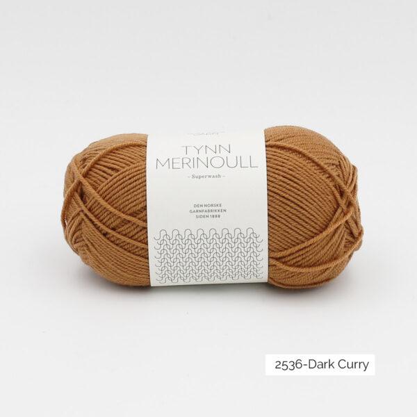 Une pelote de Tynn Merinoull de Sandnes Garn coloris Dark Curry (brun orangé clair)