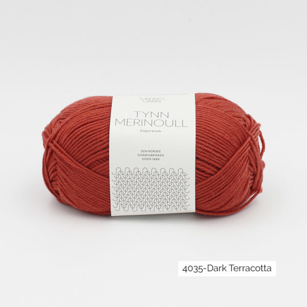 Une pelote de Tynn Merinoull de Sandnes Garn coloris Dark Terracotta