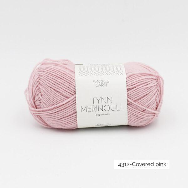 Une pelote de Tynn Merinoull de Sandnes Garn coloris Covered Pink (rose légèrement grisé)