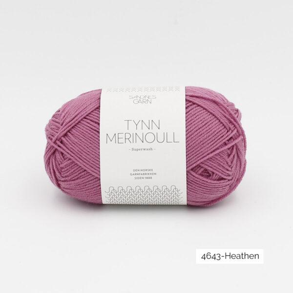 Une pelote de Tynn Merinoull de Sandnes Garn coloris Light Heather (violet clair)